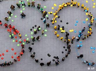 Skupina ljudi posložena u olimpijske kolutove