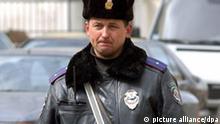 Ein Polizist bewacht am Mittwoch (23.03.2005) in der ukrainischen Hauptstadt Kiew eine Zufahrt zum Regierungsviertel. Foto: Wolfgang Langenstrassen dpa/lno +++(c) dpa - Report++