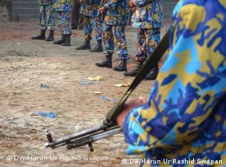 Armed police members are on high alert to ensure lives of the people. Foto: Harun Ur Rashid Swapan/DW, eingepflegt: Januar 2011, Zulieferer: Mohammad Zahidul Haque