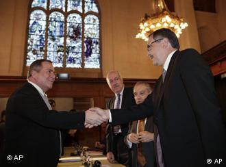Nicaraguas Botschafter Carlos Jose Arguello Gomez, links, und Costa Ricas Außenminister Rene Castro Salazar, rechts, geben sich im Internationalen Gerichtshof in Den Haag die Hand. (Foto: dapd)