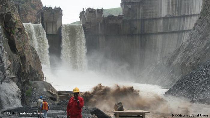 Hombres trabajando en la represa.