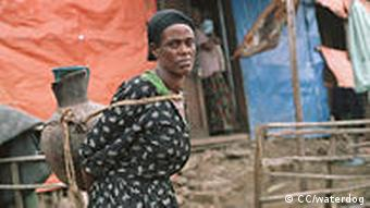Frau mit Wassertrog Carrying water in Ethiopia. Ginchi, Oromia, Ethiopia (Foto: CC/waterdog)