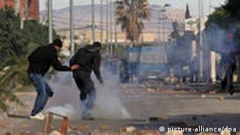 صحنهای از مقاومت مردم تونس در برابر نیروهای نظامی