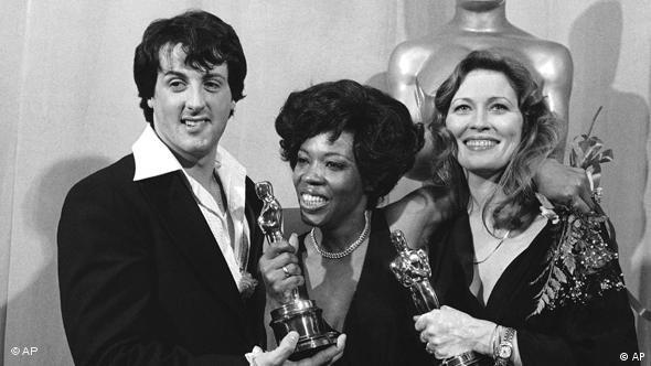Schauspieler Sylvester Stallone neben Eletha Finch und Faye Dunaway bei den Oscars 77 (Foto: AP)
