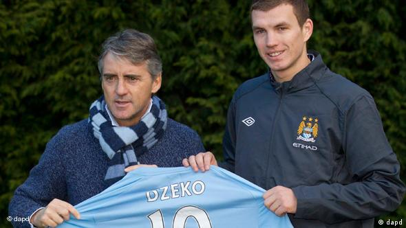 Manchester City's new Bosnian striker Edin Dzeko, right, poses for photographs with his manager Roberto Mancini at the club's Carrington training ground, Manchester, England, Tuesday Jan. 11, 2011. (Foto:Jon Super/AP/dapd)
