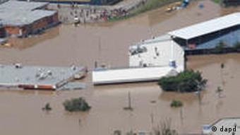Gebäude ragen kaum noch aus dem Wasser (Foto: AP)
