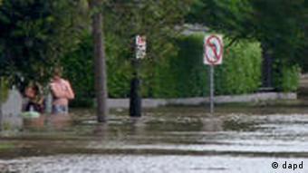Wohnstraße unter Wasser (Foto: AP)