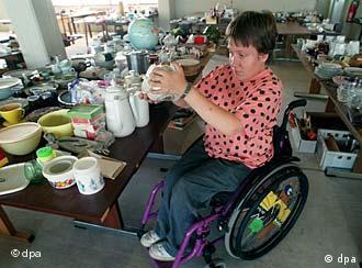 Інвалід у візку з вазою в руках