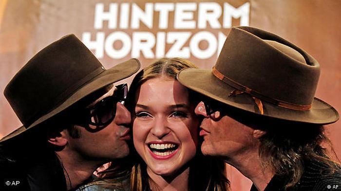Udo Lindenberg mit Musicaldarstellern von Hinterm Horizont. (AP)