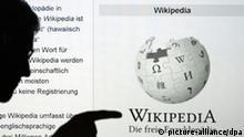 ARCHIV - ILLUSTRATION - Die Silhouette eines Mannes, der mit seinem Finger auf das Wort Wikipedia zeigt, ist am Mittwoch (22.12.2010)in Berlin vor der Internetseite der Online-Enzyklopädie Wikipedia zu sehen. Die Seite wurde mit einem Beamer an eine Wand projiziert. Am 15. Januar wird die Internetplattform Wikipedia 10 Jahre alt. Foto: Robert Schlesinger dpa/lbn (zu dpa-Themenpaket vom 13.01.2011 - Wiederholung vom 05.01.) +++(c) dpa - Bildfunk+++