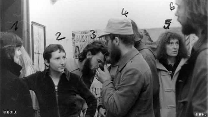 Artist Gabriele Stötzer with other visitors in her private gallery in 1981 (BStU)