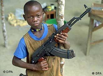 Menino de 12 anos com Kalashnikov em Serra Leoa