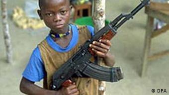 Kind mit Gewehr (Quelle: dpa)