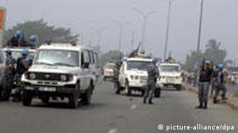 Des casques bleus de l'ONUCI en patrouille à Abobo après des affrontements sanglants entre des partisans d'Alassane Ouattara et les forces de sécurité (11.01.2011)