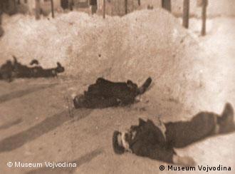 Kepiro_2 Bildtitel: Opfer des Massakers von Novi Sad im 2. Weltkrieg Bildbeschreibung: Ermordete Serben, Juden und Roma im Schnee. Sie wurden durch faschistische ungarische Truppen im 2. Weltkrieg in Novi Sad ermordet. Sandor Kepiro soll als Offizier an den Tötungen beteiligt gewesen sein.