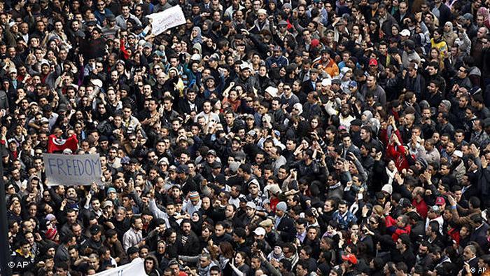 Massa memenuhi pusat ibukota Tunis pada 14 Januari, 2011 menuntut Presiden Ben Ali mundur.