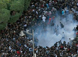 جمعه در تونس، پلیس با گاز اشکآور معترضان را پراکنده میکند