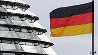 Deutsche Flagge und Teil der Reichstagskuppel
