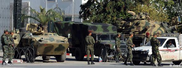 سربازان تونسی در جلوی ساختمان پارلمان کشور مستقر هستند