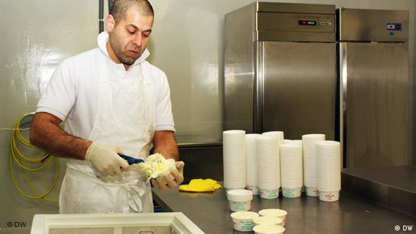 یکی از کارکنان بستنیسازی منصور