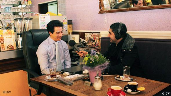 منصور خداوردی (چپ) در گفتوگو با بامداد اسماعیلی