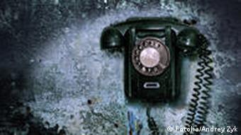Altes Telefon an zerstörter Wand