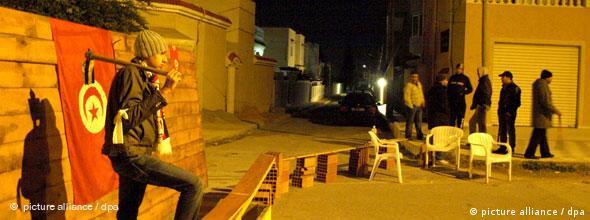 مردم در شب از محلات خود حفاظت میکنند