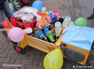 El carrito debe llevar suficiente bebida para las tres horas de caminata. Algunos lo adornan con globos e incluso llevan una radio.