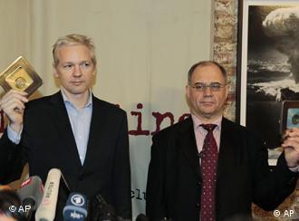 Assange und Elmer (Foto: dapd)