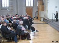 Собравшиеся слушают выступление Сильвии Лёрман