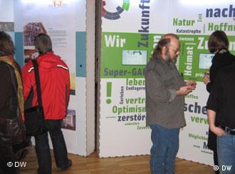 Посетители выставки рассматривают стэнды