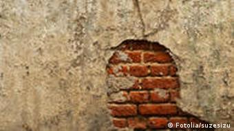 Symbolbild Mauer Steine Kopf Ziegelsteine