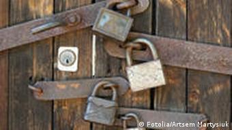 Symbolbild Schloss Tür Versperrt Vorhängeschloss Holztor