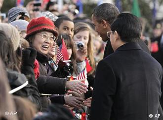 Eine lächelnde Frau will Hu die Hand schütteln(Foto: AP)