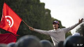 Ein Demonstrant schwingt die tunesische Flagge. (Foto: AP Photo/Thibault Camus)