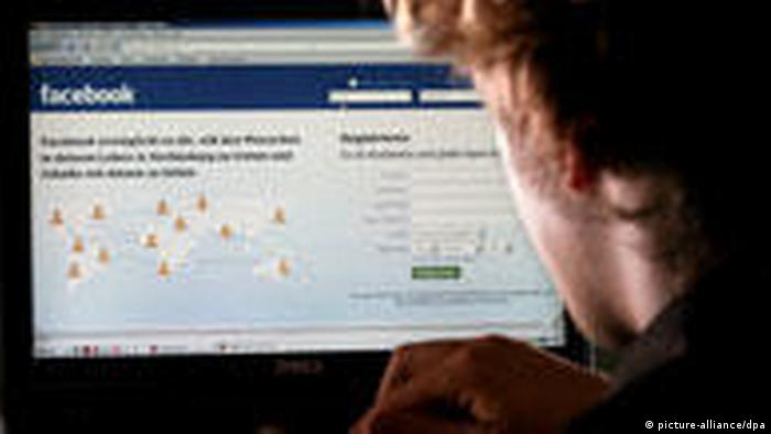 Facebook-Nutzer am PC (picture-alliance/dpa)
