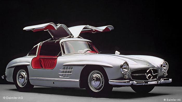 Назвисько крила чайки цей автомобіль отримав за свої виразні двері. З цією моделлю Mercedes 1952-го року неочікувано повернувся до виробництва спортивних легких автомобілів. Після перемоги на автоперегонах 24 години Ле-Мана та у Мексиканських дорожніх автоперегонах автовиробник вирішив налагодити серійне виробництво.