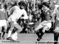 جرج بست (چپ) مهاجم منچستر یونایتد در یک بازی دوستانه در سال ۱۹۷۴