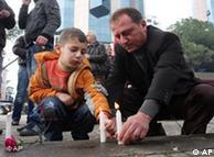 Albener z�nden Kerzen an f�r die Opfer (AP Photo/Visar Kryeziu)