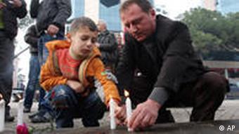 Albener zünden Kerzen an für die Opfer (AP Photo/Visar Kryeziu)