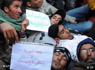 معترضان در برابر دفتر محمد غنوشی، رئیس دولت موقت تونس، دراز کشیدند