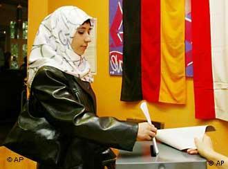 Jovem de ascendência turca naturalizada alemã vota nas eleições de 2002, em Berlim