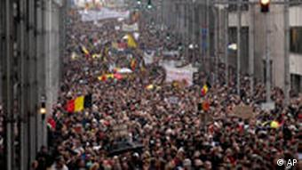 People march with Belgian flags, during a rally in Brussels, Sunday Jan. 23, 2011. Tens of thousands of protesters marched in the Belgian capital Sunday in support of national unity and to demand that the rival political groups finally form a coalition after seven months without a government. (Foto:Yves Logghe/AP/dapd)