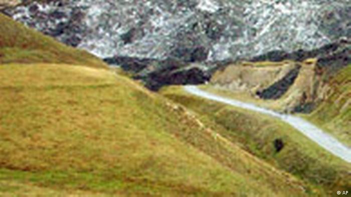 Foto mostra, entre outras montanhas, ao fundo, o monte onde houve o deslizamento.