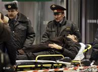کمک نیروهای انتظامی به مجروحان انفجار در فرودگاه مسکو