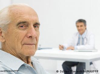 Stariji muškarac u liječničkoj ordinaciji