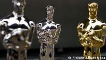 ARCHIV: Oscar Statuen stehen am 18.02.2010 in der Herstellerfabrik R.S. Owens in Chicago, Illinois, USA. 35 Zentimeter hoch, vier Kilogramm schwer und mit Gold überzogen: Der Oscar ist der begehrteste Filmpreis der Welt. In der Nacht zum 08.03.2010 werden die kleinen Statuetten zum 82. Mal in Los Angeles verliehen. Foto: Kamil Krzaczynski (zu dpa Themenpaket Oscar-Verleihung vom 01.03.2010) +++(c) dpa - Bildfunk+++