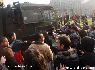 Polisi anti huru hara terlibat bentrokan dengan para demonstran di Kairo.