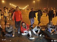 Demonstran yang berhasil memblokir jembatan utama di Kairo Rabu (26/01) usai bentrokan hebat dengan polisi