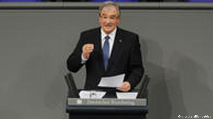 Bei einer Feierstunde im Gedenken an die Opfer des Nationalsozialismus spricht der 73-jährige Zoni Weisz am Donnerstag (27.01.2011) im Bundestag in Berlin zu den Abgeordneten und Gästen.
